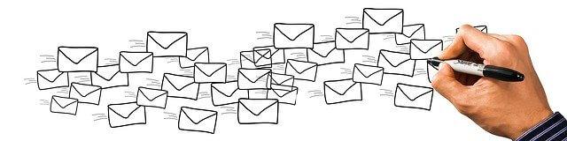 たくさんのメールを書いている男性の手