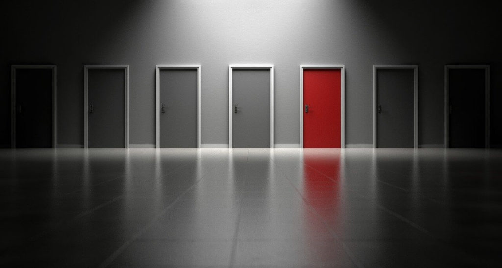 たくさん並ぶドアの内1つが赤色