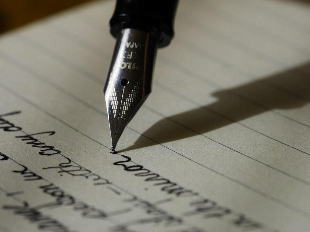 ペンでメモに文字を書く