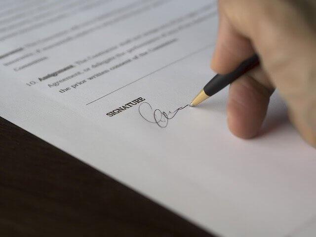 契約書にサインする