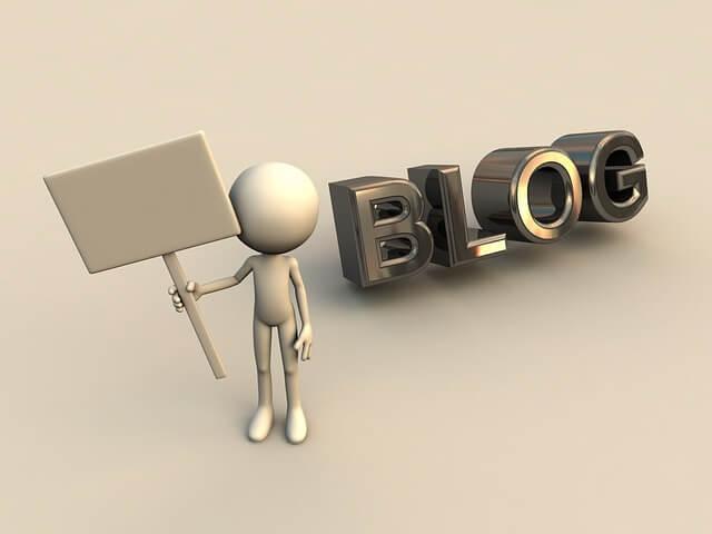 ブログの文字と看板を持ってる人