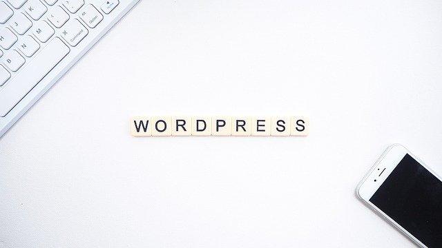 WordPressの文字とスマホとキーボード