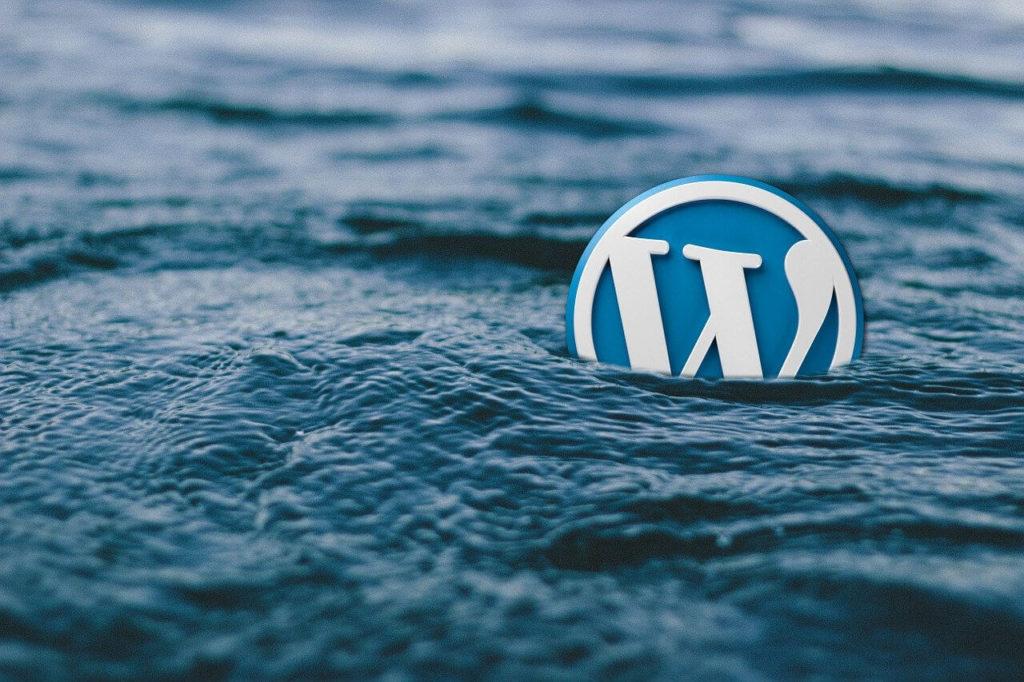 海を泳ぐWordPressのロゴ
