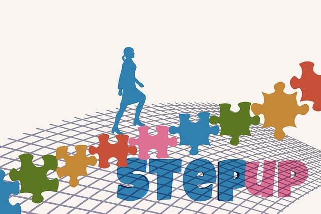 ジグソーパズルの階段を登る女性のシルエット